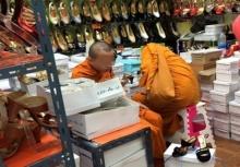 อึ้งไปดิ!!เมื่อได้เห็นพระ 2 รูปนี้อยู่ในร้านรองเท้าผู้หญิง!!