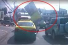 เตือนภัย!! ป้ายโฆษณาริมทางหลุดปลิวใส่รถยนต์