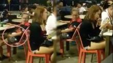 อดใจไม่ไหว!! ลุงแก่เหล่สาวนุ่งสั่น สำเร็จความใคร่ กลางร้านอาหาร ไม่แคร์สายตาผู้คน!!
