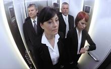 พนักงาน 3 คน นั่งคำนวณเวลา เพื่อจะได้เข้าลิฟต์พร้อมนาย วันต่อมา มีคนเดียวที่ได้เลื่อนตำแหน่ง!