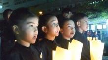 3 เด็กหญิง เเละ 1 เด็กชาย แต่ชุดไทยจิตรลดา ร่วมจุดเทียนเเสดงความอาลัยพ่อหลวง ร.9