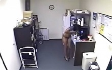 กล้องวงจรปิดจับภาพ เลขาสาว กำลังทำบางอย่างลับๆใน ห้องครัวออฟฟิศ พีคตอนจบ อ้วกแทบพุ่ง!