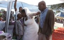 หญิงวัย 63 ปี แต่งงานกับเด็ก 10 ขวบ แถมสามีเก่าและลูกๆร่วมยินดี ! แต่คำที่เด็กน้อยพูด ทำเอาแทบล้มทั้งยืน