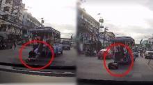 ใจไม่ดี! นร.หญิงโดนลากไปกับพื้นถนน เหตุสองแถวกระชาก ร่วง พลัดตกจากรถ (คลิป)