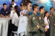งามแท้ ! น้องใหม่ ผู้สมัครนักบินหญิงคนแรกไทย โดนรุมถ่ายรูป