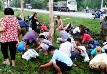 แล้งน้ำใจ!!ปิคอัพพลิกคว่ำ ชาวบ้านเมินช่วยแต่มารุมทำแบบนี้(ชมภาพ)