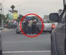 สุดระทึก!! คลิปตำรวจล้อมจับเอเย่นต์ยาบ้ายิงสนั่นกลางสี่แยก