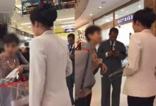 เเชร์สนั่น! มนุษย์ป้าขโมยกระเป๋าในห้างดัง พอถูกจับได้ แถสีข้างแทบถลอก (มีคลิป)
