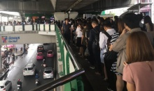 แน่นไปอีก! ผู้โดยสารแห่ใช้บริการ BTS แถวยาวไปถึงด้านล่างสถานี!!