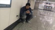 ชายก่อสร้างเงินน้อย ทุกคืนอาศัย Wi-Fi ฟรีที่สถานีรถไฟ วิดีโอคอลหาครอบครัว