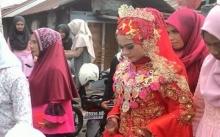 เจ้าสาวชุดแดงรายนี้!! เข้าพิธีแต่งงาน แต่พอเหลือบไปมองทางฝั่งเจ้าบ่าวเท่านั้นแหละ? โคตรพีค!!