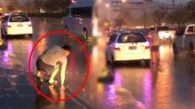 สาวยืนรอรถ ฝนตกหนักจู่ๆ หนุ่ม ลงจากรถแต่พอเห็นสิ่งที่เขาทำ ใจพี่หล่อมาก (คลิป)