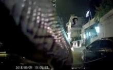 สาวกรี๊ดลั่นรถ!! ถึงกับสติกระเจิง หลังงูตัวยักษ์เลื้อยพาดหน้ากระจกขณะกำลังขับรถ (มีคลิป)