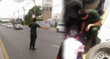 น้ำใจงาม!! พลทหารเจอรถยางแตกข้างถนน พอทำาดูใกล้ๆที่แท้ดารานนี้เอง
