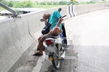 แชร์สนั่น!!ภาพหนุ่มเมาไม่ขับ จอดหลับบนจยย.กลางสะพานเฉยเลย