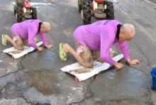 คนไทยสะดุ้ง!! แชร์ว่อนฝรั่งซ่อมถนนเองกับมือ หลังเกิดอุบัติเหตุซ้ำซาก