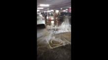 อึ้ง!น้ำพุ่งจากท่ออาคารจอดรถศูนย์ราชการ ดันฝาซีเมนต์ขนาดใหญ่ลอยคว้าง!!(คลิป)