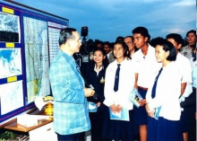 เจอแล้ว!! เด็กนักเรียนในภาพที่ พ่อหลวง ร.๙ ทรงสอนหนังสือตอนเด็ก