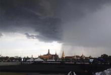 """แชร์สนั่น ภาพหาชมยาก """"ฝนตกครึ่งฟ้าที่ท้องสนามหลวง"""" วันรวมใจร้องเพลงสรรเสริญฯ"""