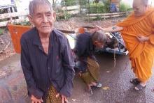 ชีวิตรันทด!! ยายเก็บขวดขาย-กลางสายฝน หิว น้อยใจ มีลูกแต่พึ่งไม่ได้เลย