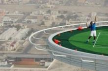 เคยเห็นยัง!! สนามเทนนิสที่สูงที่สุดในโลก ที่ระดับ 211 เมตรเหนือพื้นดิน!!