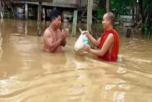 ภาพและเรื่องราวที่ควรแชร์ต่อพระสงฆ์ บุกน้ำท่วม ทำอาหาร-จัดถุงยังชีพ ช่วยญาติ-โยม