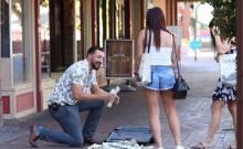 หนุ่มปลอมเป็นมหาเศรษฐี แกล้งทำเงินล้านหล่น มาดูสาวๆจะทำอย่างไร