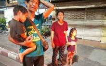 ครอบครัว 4 ชีวิต เดินจูงมือเหงื่อท่วมตัว ท่ามกลางความมืด หนุ่มแวะถามว่าจะไปไหน ลั่นมาคำเดียว?