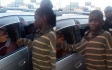 เด็กขอทาน ตรงไปขอเงินหญิงสาวที่จอดรถข้างถนน แต่พอเห็นสิ่งที่อยู่ในรถ?