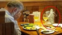 น้ำตาซึม!! ภาพวาเลนไทน์สุดเศร้า คุณตาพาเถ้ากระดูกภรรยาไปร่วมมื้อพิเศษด้วยกัน