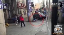 หน้าไม่อาย! สาวจีน นั่งอึ ริมถนนโดนถ่ายมาแฉว่อนโซเชียล!(คลิป)