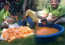 ไม่รอด!!จับได้แล้วชาวเวียดนามทำน้ำส้มปลอมใส่ขวดขายที่สระบุรี!!