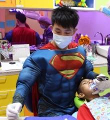 ฮือฮา!!หมอหนุ่มสุดแซ่บแต่งซุปเปอร์แมนถอนฟัน