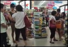 แทบตบกันตาย!! 2 สาวจีนเปิดศึกแย่งของในเซเว่นเมืองไทย!!(คลิป)