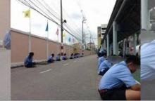 ดราม่าระอุ!! ชาวเน็ตวิจารณ์ยับ โรงเรียนชื่อดัง ให้นักเรียนนั่งทำข้อสอบกลางแดด ริมถนน!!