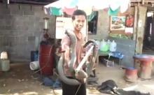 ฮือฮาทั่วโลกออนไลน์!! หนุ่มจับงูจงอางด้วยมือเปล่ายาวกว่า4 เมตร