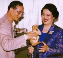 ประชาชนคนไทยร่วมถวายกำลังใจแด่พระราชินี ผู้เป็นรอยยิ้มของพ่อ