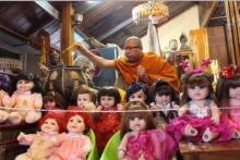 วิจารณ์สนั่น!! เข้าข่ายอาบัติหรือไม่ พระวัดดังทำพิธีปลุกเสกตุ๊กตาลูกเทพ