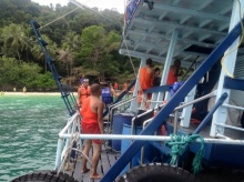 เป็นงง!? เจอตณะทัวร์พาพระดำน้ำ เที่ยวชมทะเลทั้งจีวร!!
