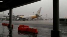 โซเซียลแห่แชร์!!คลิปน้ำท่วมลานจอดเครื่องบิน สนามบินดอนเมือง (มีคลิป)