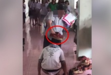 ครูฉุนนักเรียน บังคับเด็กคาบรองเท้าแต่เด็กไม่ยอม ก่อนใช้รองเท้าวางบนหัว(คลิป)