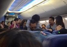 แห่ชม!! ชายแบกผู้ป่วยช็อก ตกหลุมอากาศบนเครื่องบิน ทราบภายหลังว่าเป็นกู้ภัยชื่อดัง!!