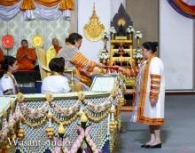 'พระองค์ติ๊ด' ทรงรับพระราชทานปริญญาบัตรจาก สมเด็จพระเทพฯ