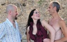 """เเปลกเเต่จริง!! เปิดเรื่องราวของ """"ไจย่า"""" ที่อยู่กินกันเเบบ 3 คนสามีภรรยา!! เเถมยังมีลูกด้วยกัน!!"""