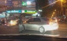 งานแฉมาอีกแล้ว!! วินาทีตำรวจพุ่งตบคนในรถด้วยสาเหตุนี้(คลิป)