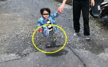 ชาวเน็ตตกใจแรง!! กับภาพชวนฉงนของหนูน้อยคนนี้ มองผ่านๆนึกว่าขาหาย!! แต่ที่แท้?