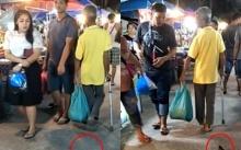 ผวาทั้งตลาด!! ลุงมาเดินเล่นตลาดจูงสัตว์เลี้ยงติดมาด้วย คนเดินผ่านถึงกับขนลุก! (คลิป)