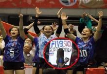 แอบสะใจ!!!สีสันกองเชียร์ลูกยางไทย กับช็อตเเขวะ FIVB!!