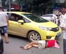 งงตาแตก!! ทุ่มทุนมากสาวโดดให้รถชนชาวบ้านมุงดูแต่ไม่มีใครอยากจะช่วย!!! (ชมคลิป)