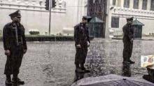 ตำรวจไทยน่ายกย่อง! ยืนปฏิบัติหน้าที่ท่ามกลางสายฝน ถวายอารักขา หน้าพระบรมมหาราชวัง